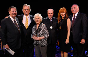 v.l.n.r. Steve Turner (Country Music Hall of Fame and Museum Direktor), Kyle Young, Jean Shepard, Bobby Braddock, Reba McEntire, Steve Moore (CMA Chief Executive Officer), Foto: John Russell