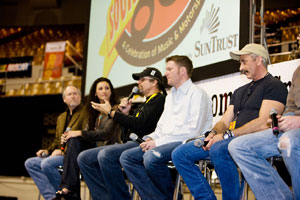 Gene Johnson von Diamond Rio, Danielle Peck, Kyle Petty, Dale Earnhardt Jr. and Aaron Tippin (v.l.n.r.)