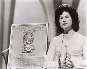 Kitty Wells Bei der Aufnahme in die Country Music Hall of Fame; Foto: CMA