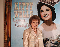 Kitty Wells bei der Eröffnung der Country Music Hall of Fame and Museum Ausstellung
